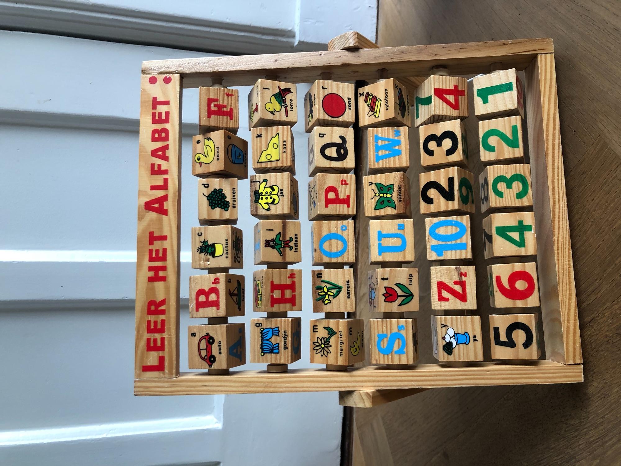 Houten rek: leer het alfabet