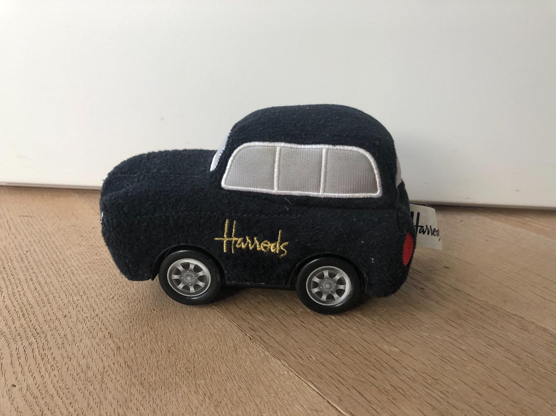 Speelgoed auto rijdt op batterij