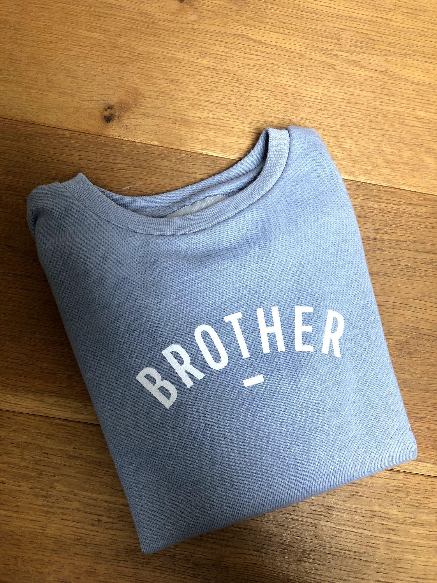Lichtblauwe trui 'brother'