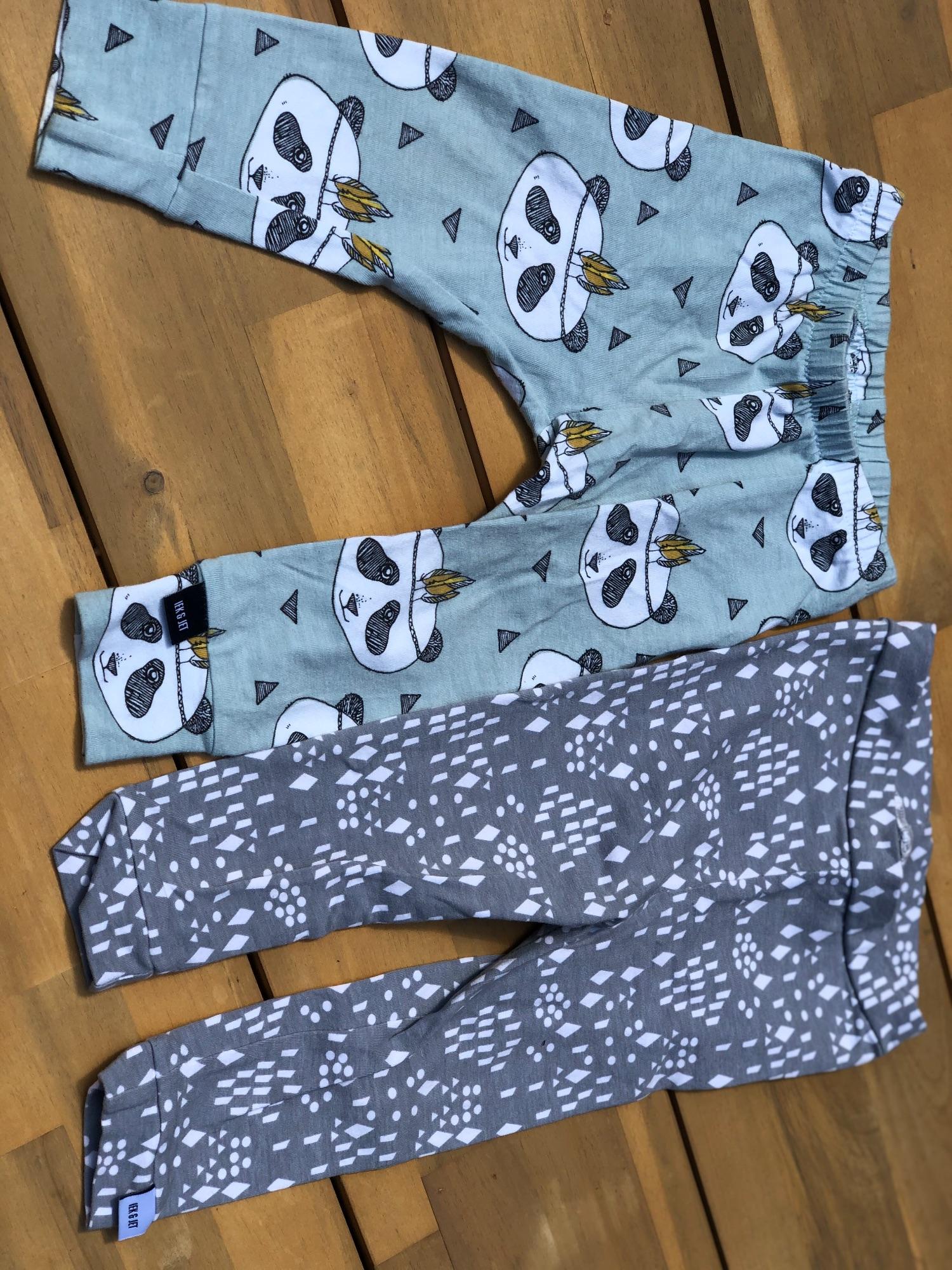 Twee handgemaakte broekjes Iek & Jet